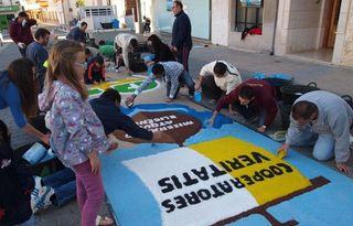 Una alfombra de colores para celebrar el Corpus 2013