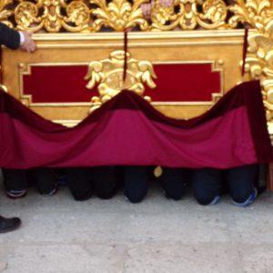 Salida de rodillas de los costaleros de la Oración